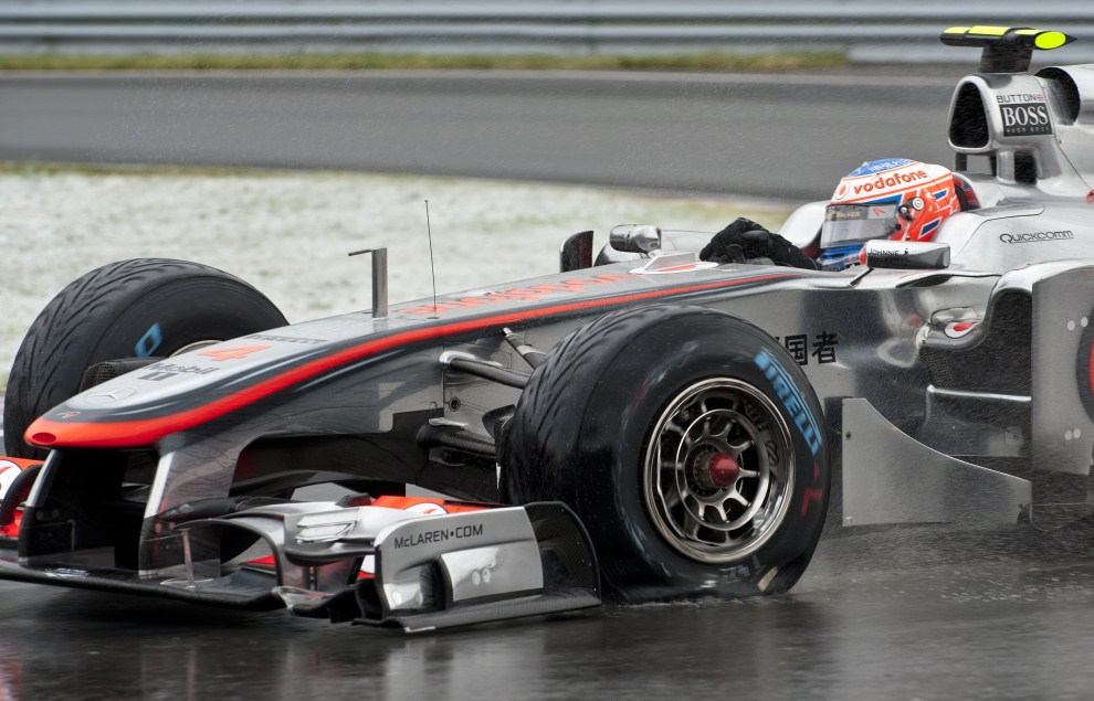 18. KANADA, Montréal, 12 czerwca 2011: Jenson Button (Vodafone Mclaren Mercedes) z uszkodzoną oponą na obiekcie Gilles Villeneuve Circuit. AFP PHOTO / ROGERIO BARBOSA