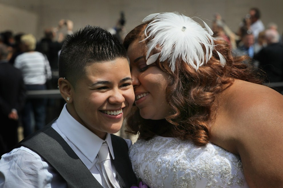 18. USA, Chicago, 2 czerwca 2011: Myra Rodriguez (po lewje) całuje swoją żonę -  Janeidę Rivera. (Foto: Scott Olson/Getty Images)