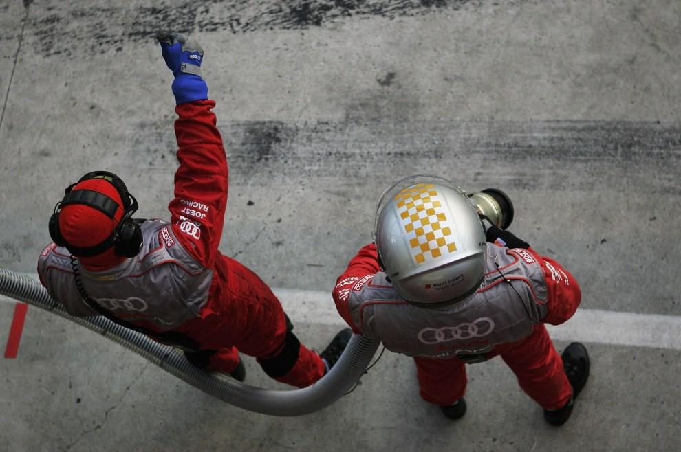 18. FRANCJA, Le Mans, 18 czerwca 2006: Mechanicy czekają na zjazd do pit stopu samochodu prowadzonego przez  Franka Biela. (Foto:  Bryn Lennon/Getty Images)