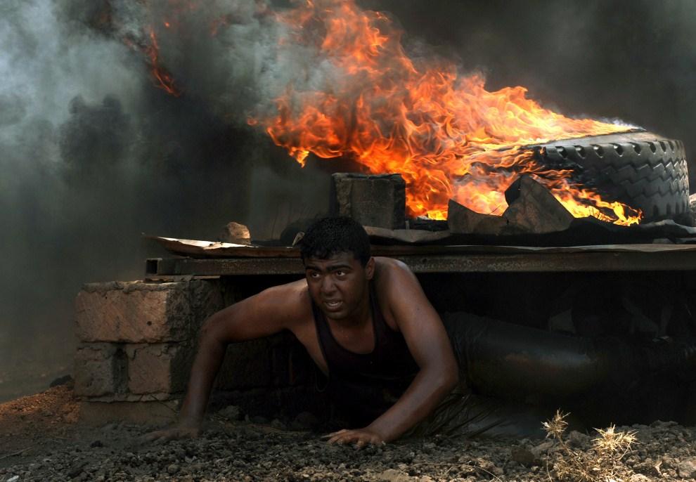 19. LIBIA, Bengazi, 29 maja 2011: Rebeliant podczas ćwiczeń na torze przeszkód. AFP PHOTO/ Saeed KHAN