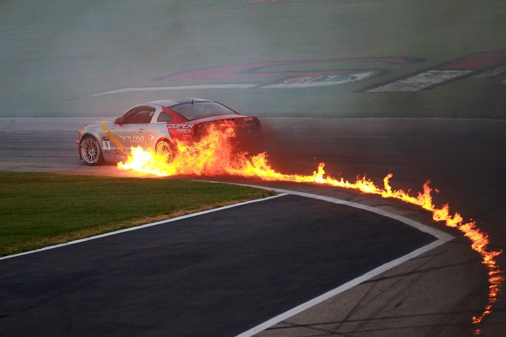 19. USA, Fort Worth, 10 czerwca 2011: Płonący samochód podczas pokazu poprzedzającego wyścig serii NASCAR. (Foto: Chris Graythen/Getty Images)