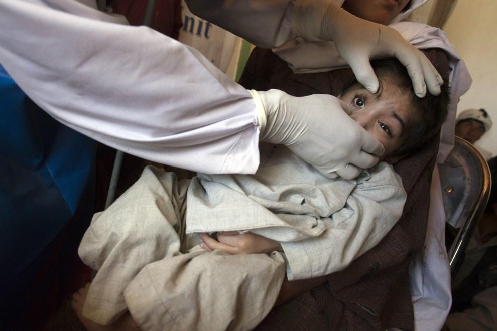 19. AFGANISTAN, Raquol, 9 czerwca 2011: Doktor Basir Ahmad Jaghori bada siedmioletniego Saida Mohammada. (Foto: Paula Bronstein/Getty Images)