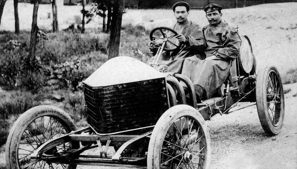 1. FRANCJA, Le Mans, 26 czerwca 1906:  René Hanriot (po lewej) oraz Louis Wagner na torze Le Mans podczas pierwszego Grand Prix de l'Automobile Club de France. AFP
