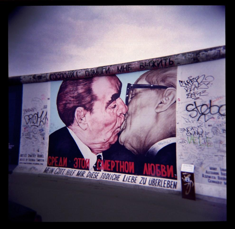 1. NIEMCY, Berlin, 19 lutego 2011: Słynny pocałunek Leonida Breżniewa i Ericha Honeckerra uwieczniony na fragmencie muru berlińskiego. AFP PHOTO VALERY HACHE