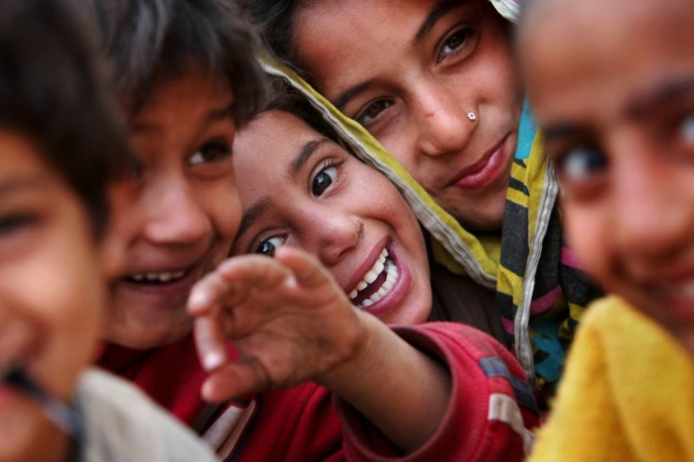 1. PAKISTAN, Islamabad, 27 stycznia 2010: Dzieci z ubogiej dzielnicy Islamabadu. AFP PHOTO/BEHROUZ MEHRI