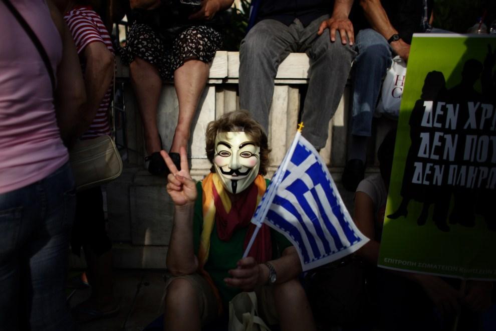 1. GRECJA, Ateny, 5 czerwca 2011: Protestujący przed budynkiem parlamentu w masce z podobizną Guya Fawkesa. AFP PHOTO / ANGELOS TZORTZINIS