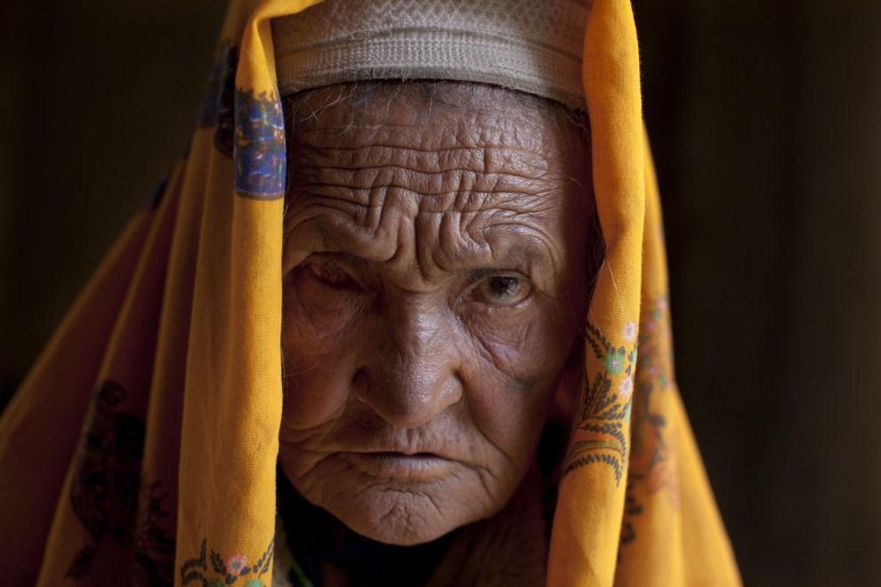 1. AFGANISTAN, Gharmboloq, 12 czerwca 2011: Portret Havy Gul (70 lat) czeka na wizytę u lekarza, który przyjmuje w lokalnym meczecie. (Foto: Paula Bronstein/Getty Images)