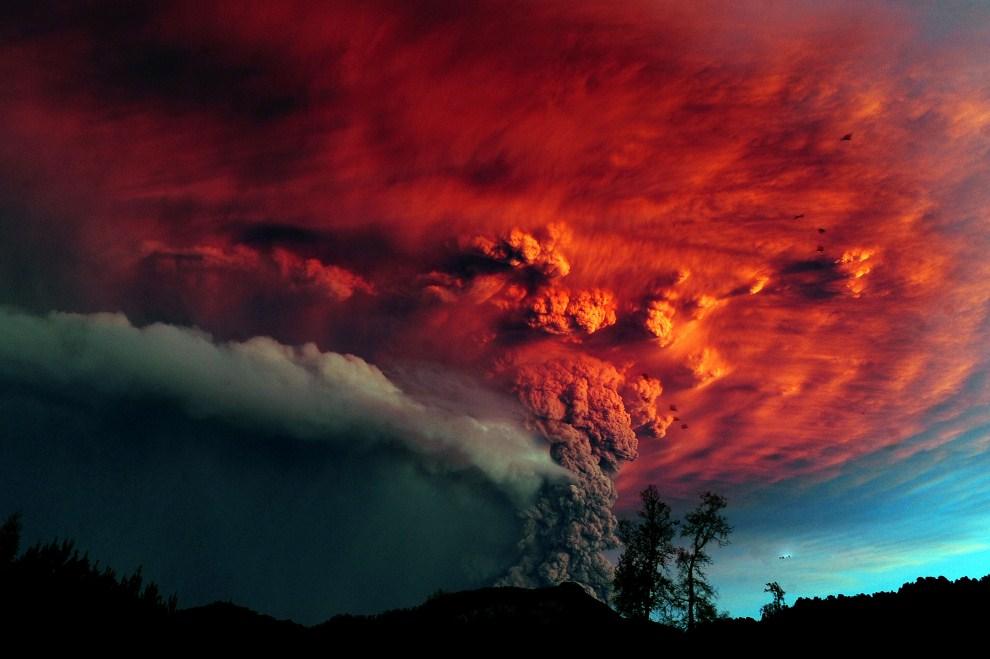 1. CHILE, Puyehue, 4 czerwca 2011: Chmura pyłu wyrzucanego z krateru wulkanu Puyehue. AFP PHOTO/CLAUDIO SANTANA