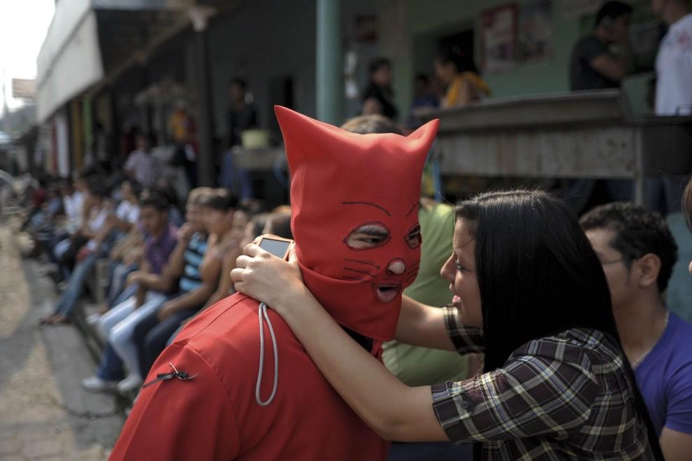 20. SALWADOR, Texistepeque, 18 kwietnia 2011: Uczestnik tradycyjnej parady, rozpoczynającej Wielki Tydzień, zbliża się do swojej dziewczyny, aby ją ucałować. AFP PHOTO/   Jose CABEZAS