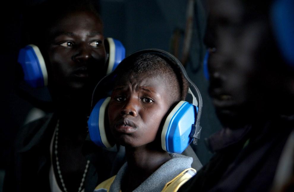20. SUDAN, Turalei, 27 maja 2011: Cywile ewakuowani przez pracowników ONZ . AFP PHOTO / UNMIS / STUART PRICE