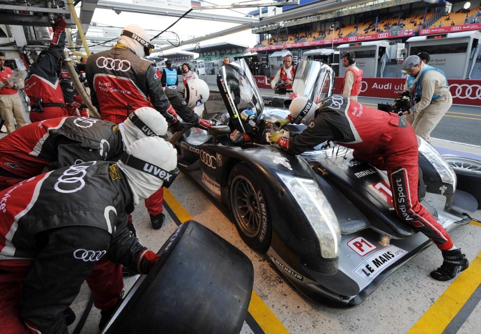 20. FRANCJA, Le Mans, 12 czerwca 2011: Tankowanie Audi R18 podczas wyścigu. AFP PHOTO / JEAN-FRANCOIS MONIER