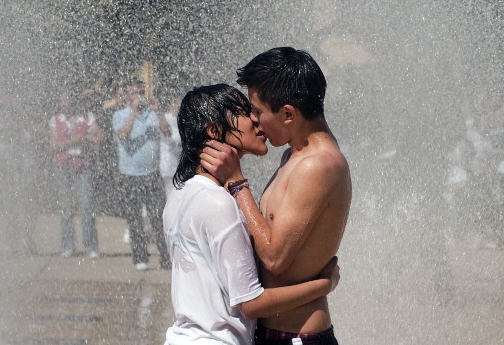 21. MEKSYK, Mexico City, 14 lutego 2011: Para całująca się w fontannie na Placu Rewolucji. AFP PHOTO/ALFREDO ESTRELLA