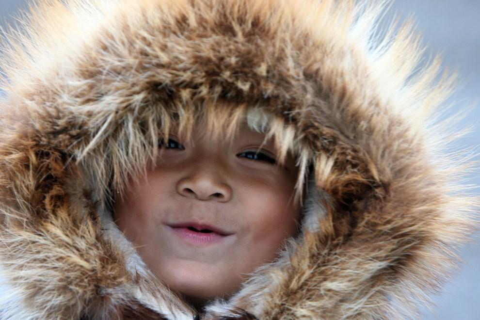 21. USA, Shishmaref, 27 września 2009: Richard Weyiouamma (6 lat) z Shishmaref oddalonego od Rosji o zaledwie 177 km. AFP PHOTO/GABRIEL BOUYS