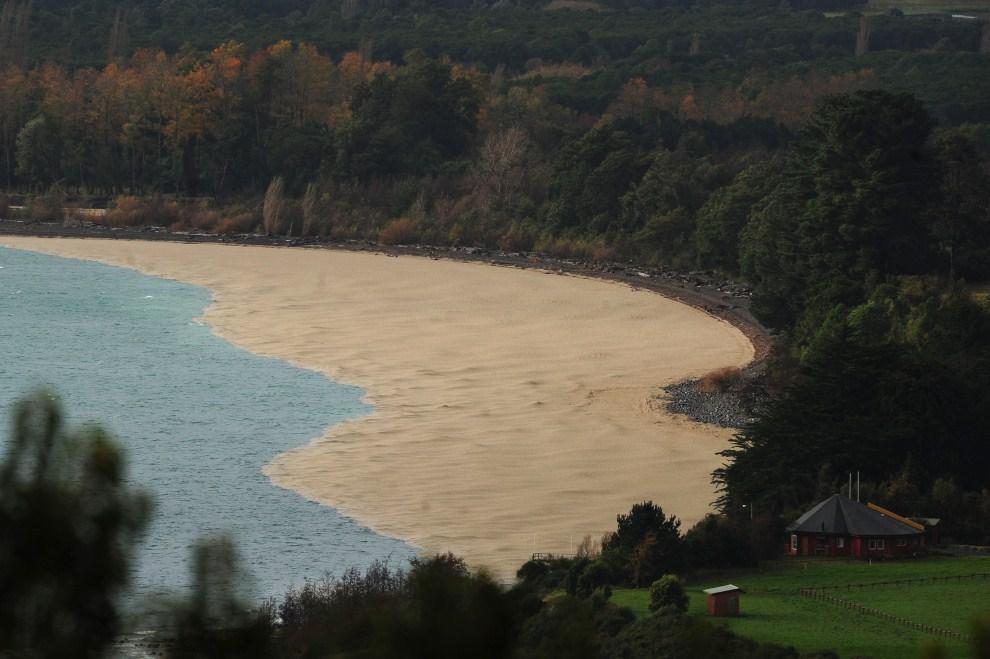 21. CHILE, Entre Lagos, 7 czerwca 2011: Linia brzegowa jeziora Puyehue. AFP PHOTO/CLAUDIO SANTANA
