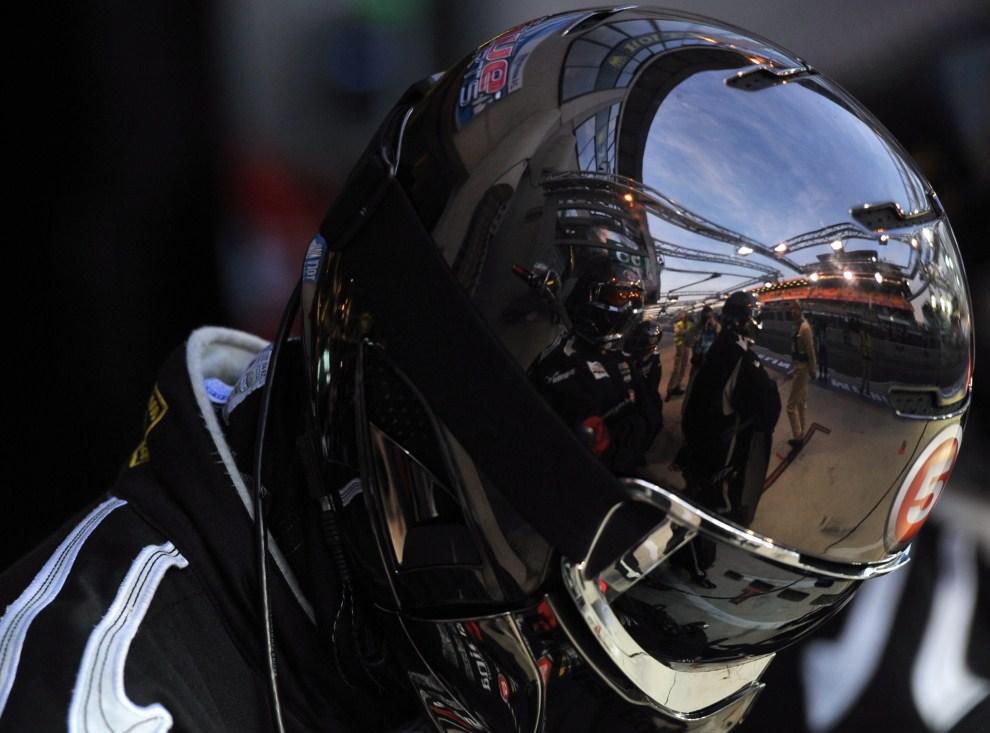 21. FRANCJA, Le Mans, 12 czerwca 2011: Tor o wschodzie słońca odbija się w kasku mechanika zespołu Lola Aston Martin. EPA/DANIEL DEME