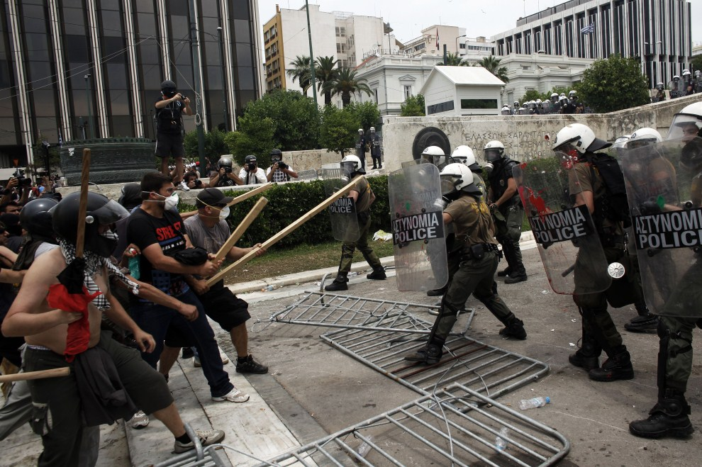22. GRECJA, Ateny, 15 czerwca 2011: Bezpośrednie starcie policjantów z protestującymi. AFP PHOTO / Angelos Tzortzinis