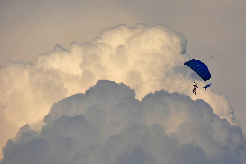 23. CZECHY, Ostrava, 31 maja 2011: Spadochroniarz na niebie nad stadionem lekkoatletycznym. AFP PHOTO / JOE KLAMAR