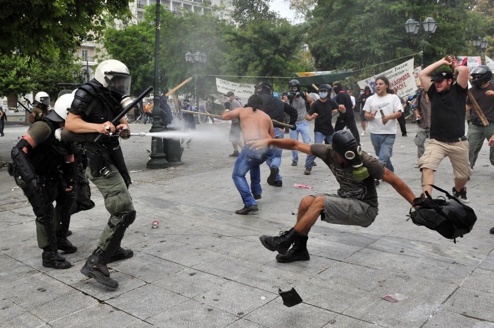 23. GRECJA, Ateny, 15 czerwca 2011: Starcie policjantów z demonstrantami. AFP PHOTO / LOUISA GOULIAMAKI