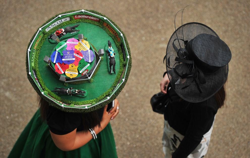 23. WIELKA BRYTANIA, Windsor, 16 czerwca 2011: Panie bawiące się podczas Ladies Day na torze wyścigów konnych w Ascot. AFP PHOTO/Carl de Souza