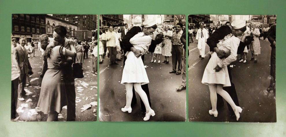 23. WIELKA BRYTANIA, Londyn, 13 maja 2011: Fotografie autorstwa Alfreda Eisenstaedta przedstawiające całujących się ludzi w trakcie świętowania zakończenia II wojny   światowej na Times Square. (Foto: Oli Scarff/Getty Images)