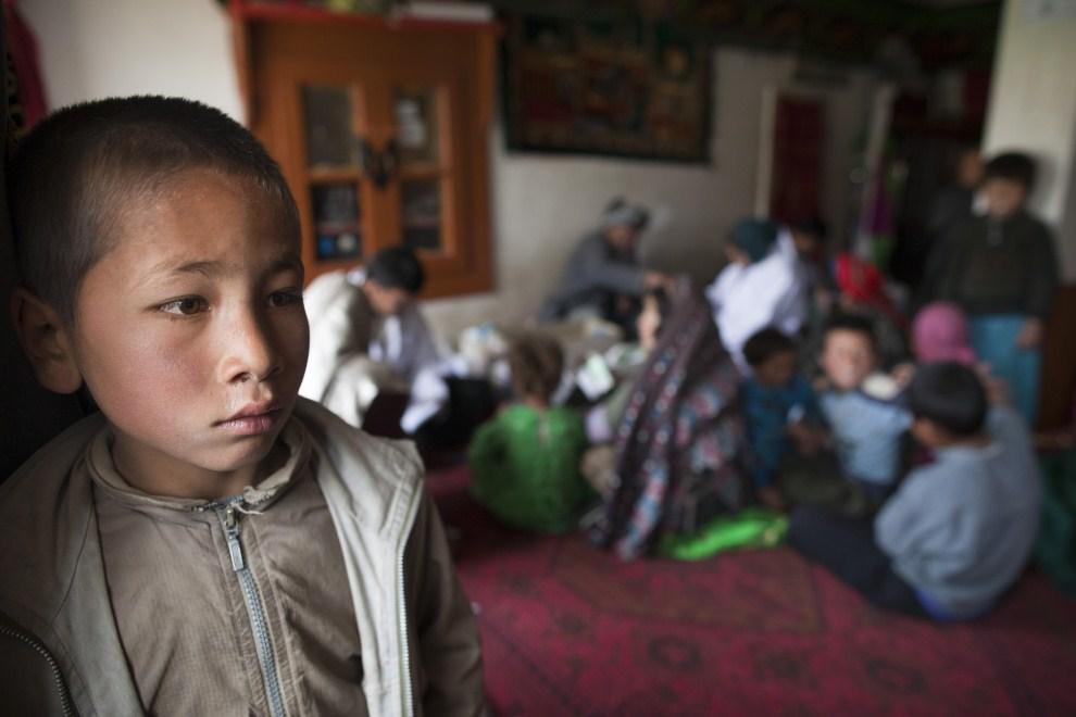 23. AFGANISTAN, Gharmboloq, 12 czerwca 2011: Chłpiec, razem z rodziną, czeka na wizytę u lekarza. (Foto: Paula Bronstein/Getty Images)