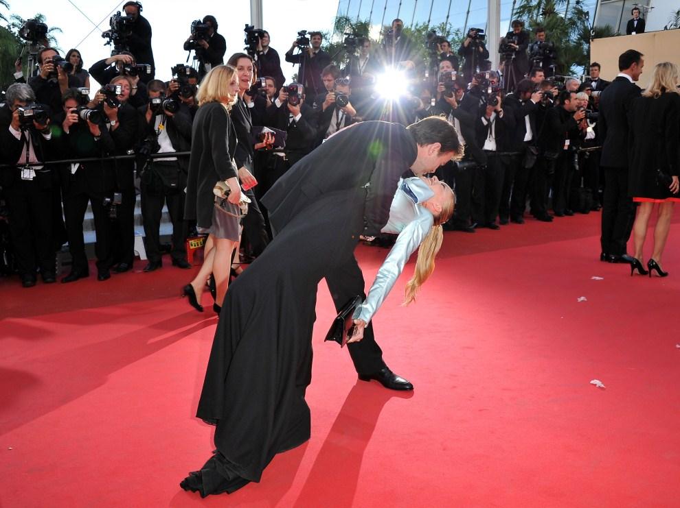 """24. FRANCJA, Cannes, 15 maja 2011: Clovis Cornillac całuje Lilou Fogli na czerwonym dywanie przed pokazem filmu """"The Artist"""". (Foto: Pascal Le Segretain/Getty Images)"""