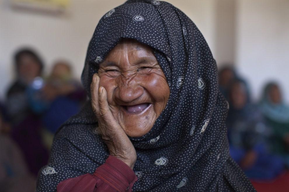 24. AFGANISTAN, Raquol, 9 czerwca 2011: Hadja (60 lat) po otrzymaniu szczepionki w mobilnej przychodni. (Foto: Paula Bronstein/Getty Images)