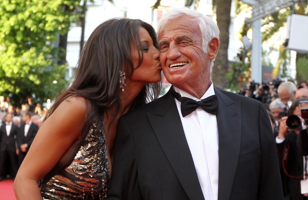 25. FRANCJA, Cannes, 17 maja 2011: Barbara Gandolfi całuje swojego męża – Jean-Paula Belmondo. AFP PHOTO / VALERY HACHE