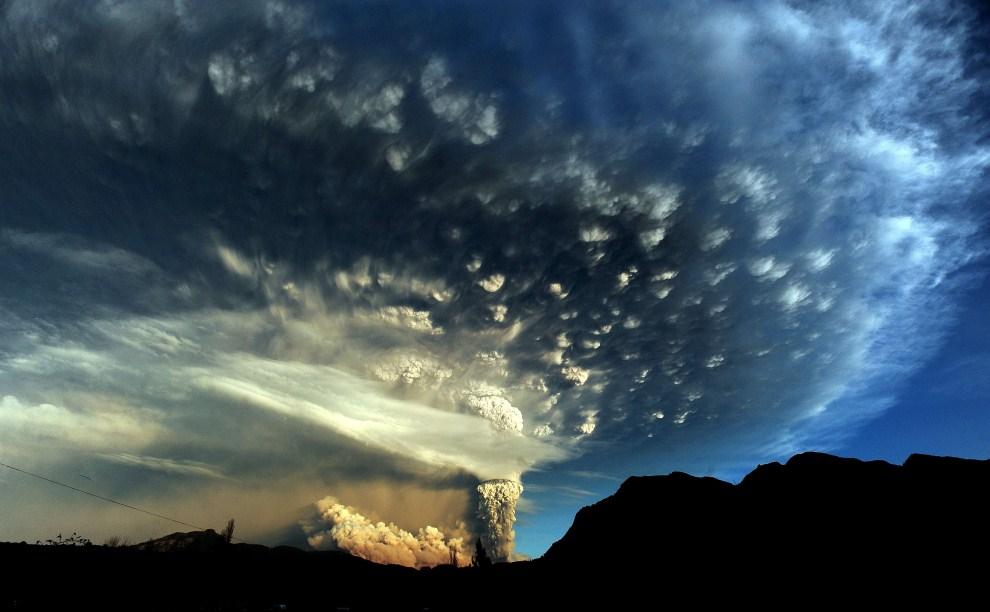 25. CHILE, Puyehue, 5 czerwca 2011: Erupcja Puyehue obserwowana z okolicy Osorno na południu Chile. AFP PHOTO/CLAUDIO SANTANA