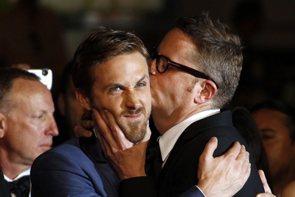 "26. FRANCJA, Cannes, 20 maja 2011: Nicolas Winding Refn całuje Ryana Gosling przed pokazem filmu ""Drive"". AFP PHOTO / FRANCOIS GUILLOT"
