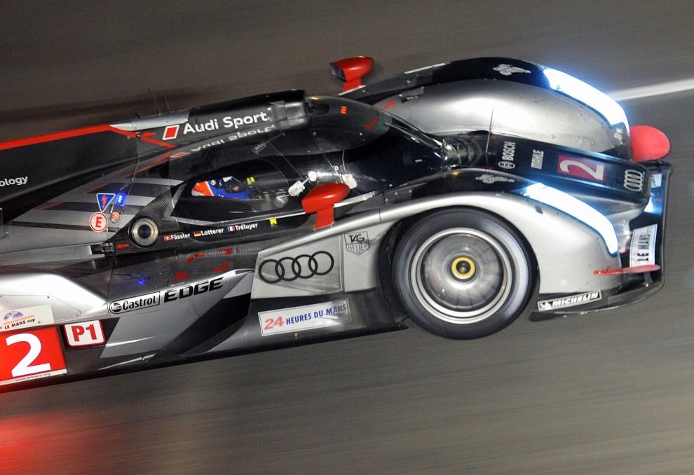 26. FRANCJA, Le Mans, 12 czerwca 2011: Pędzące Audi R18 prowadzone przez Benoit Treluyer'a. AFP PHOTO / JEAN FRANCOIS MONIER.