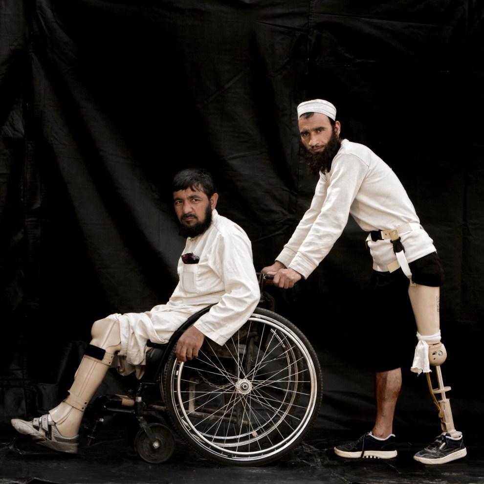 26. AFGANISTAN, Herat,  grudzień 2010: Trzydziestoletni Gholam Rasool (na wózku), który stracił stopę po wejściu na minę, oraz Mohammad Aref (35 lat), który stracił nogę   przed dziewięcioma laty. (Foto: Majid Saeedi/Getty Images)