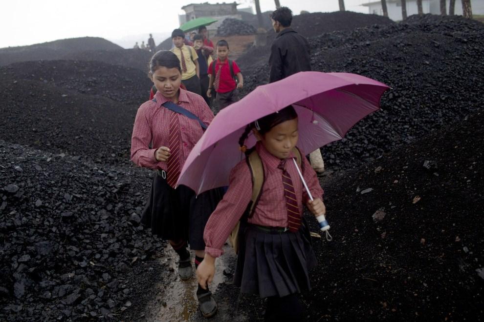 26. INDIE, Jaintia Hills, 14 kwietnia 2011: Dzieci wracają ze szkoły przez składowisko węgla. (Foto: Daniel Berehulak/Getty Images)
