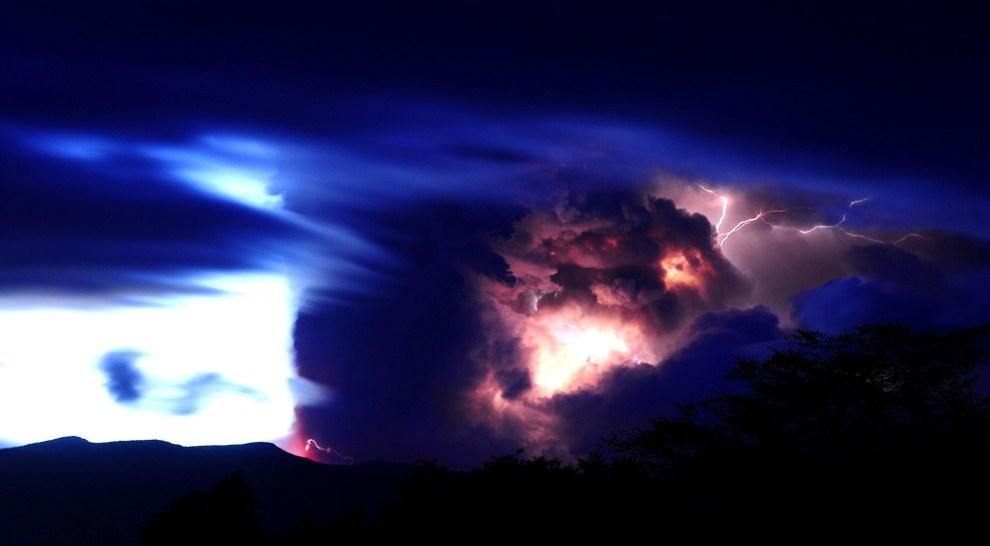 26. CHILE, Puyehue, 5 czerwca 2011: Błyskawica nad kraterem wulkany Puyehue. EPA/FRANCISCO NEGRONI / AGENCIAUNO