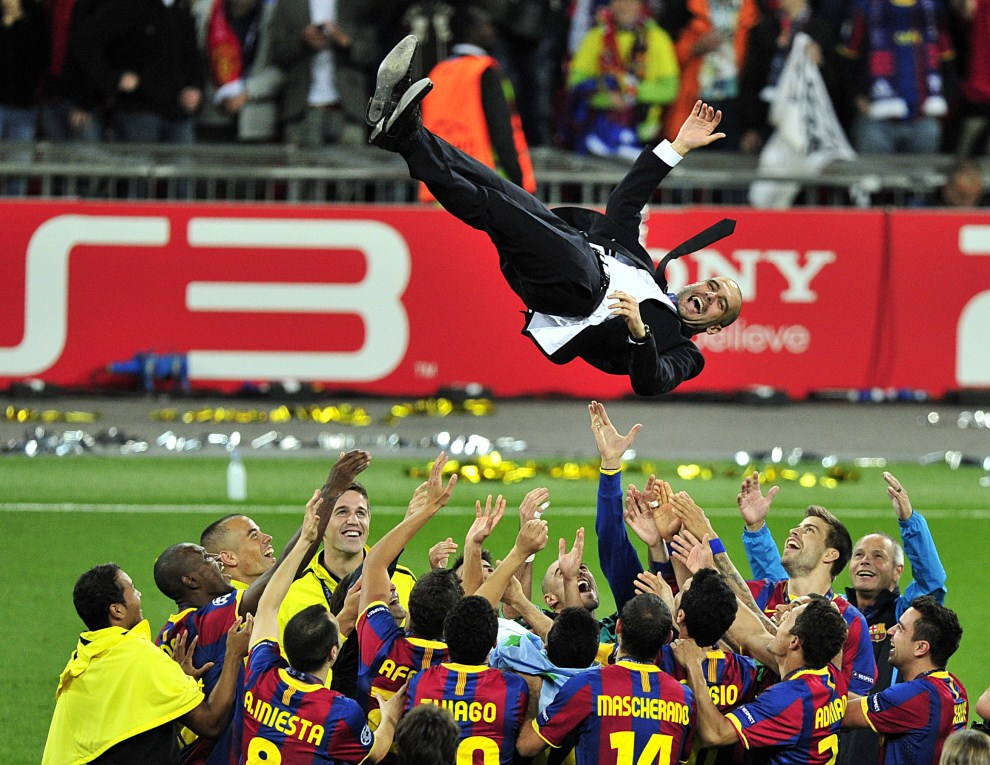 27. WIELKA BRYTANIA, Londyn, 28 maja 2011: Josep Guardiola, trener FC Barcelona, podrzucany przez piłkarzy. AFP PHOTO / GLYN KIRK