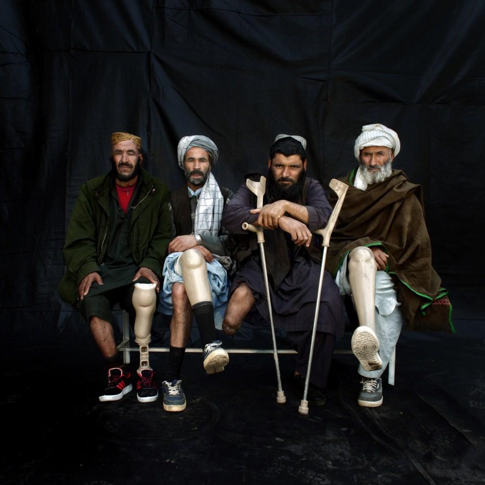 27. AFGANISTAN, Herat,  grudzień 2010: Siedzą od prawej: Azizallah, Hashmat, Jalil i Vali Allah – wszyscy stracili kończyny w wyniku eksplozji min. (Foto: Majid   Saeedi/Getty Images)