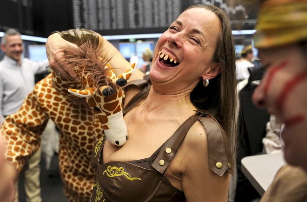 28. NIEMCY, Frankfurt nad Menem, 8 marca 2011: Makler w stroju żyrafy całuje koleżankę z pracy, która przebrana jest za legionistę. AFP PHOTO MARIUS BECKER GERMANY OUT