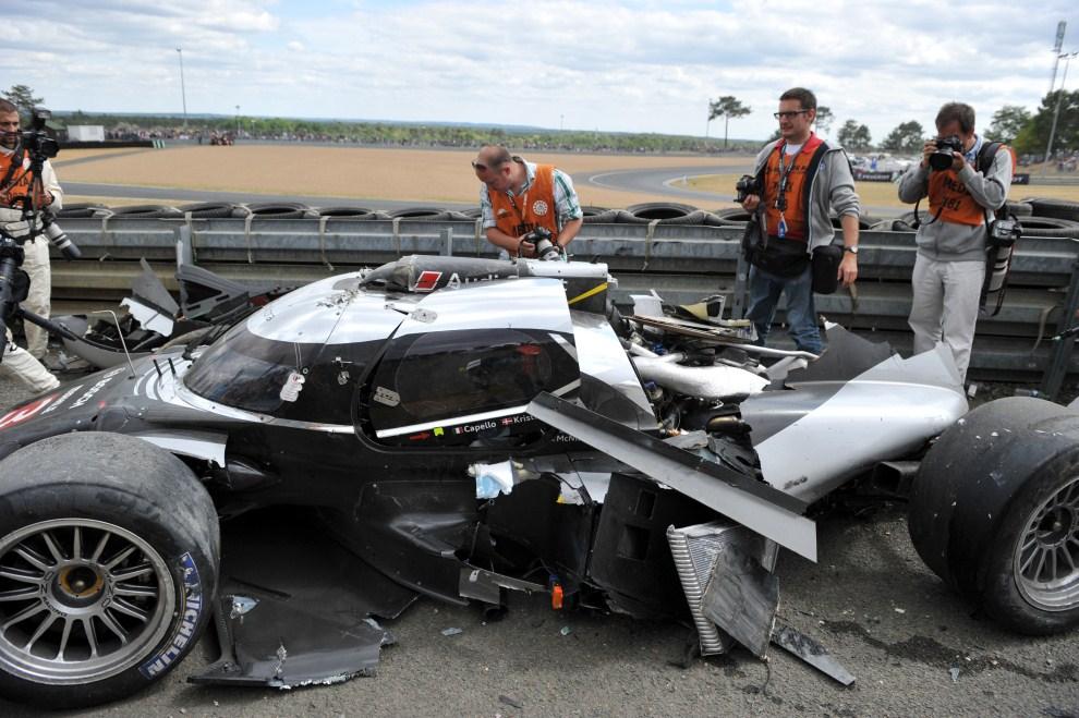 28. FRANCJA, Le Mans, 11 czerwca 2011: Fotoreporterzy fotografują rozbite Audi Allan'a McNish'a. AFP PHOTO / ALAIN JOCARD