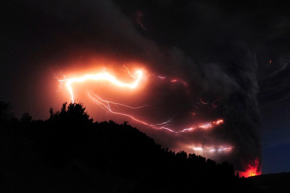 28. CHILE, Puyehue, 5 czerwca 2011: Błyskawice nad kraterm Puyehue. AFP PHOTO/CLAUDIO SANTANA