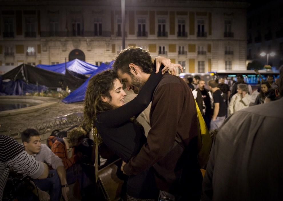29. HISZPANIA, Madryt, 5 czerwca 2011: Całujący się uczestnicy antyrządowych protestów. AFP PHOTO/ PEDRO ARMESTRE