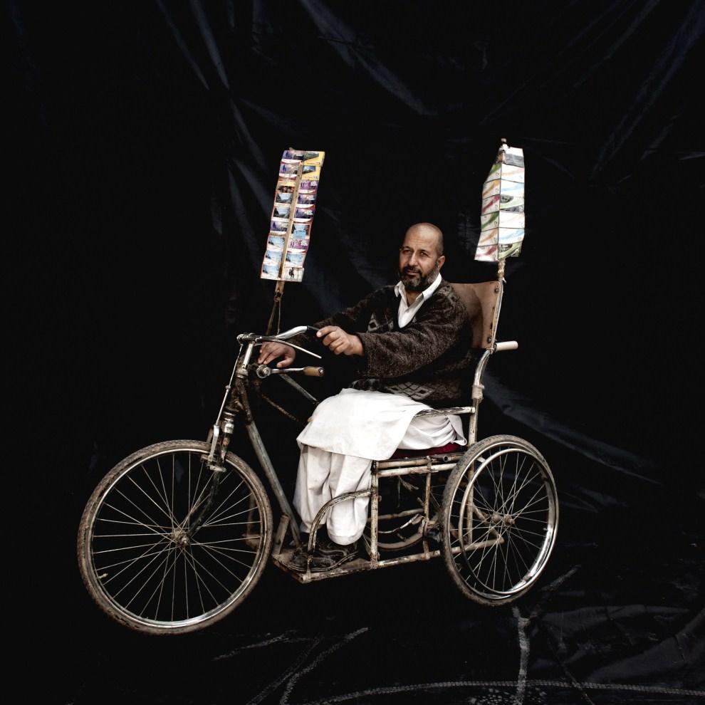 29. AFGANISTAN, Herat,  grudzień 2010: Inayatullah (48 lat), który ucierpiał w wyniku eksplozji miny,  sprzedaje pocztówki jeżdżąc specjalnie przystosowanym rowerem. (Foto:   Majid Saeedi/Getty Images)
