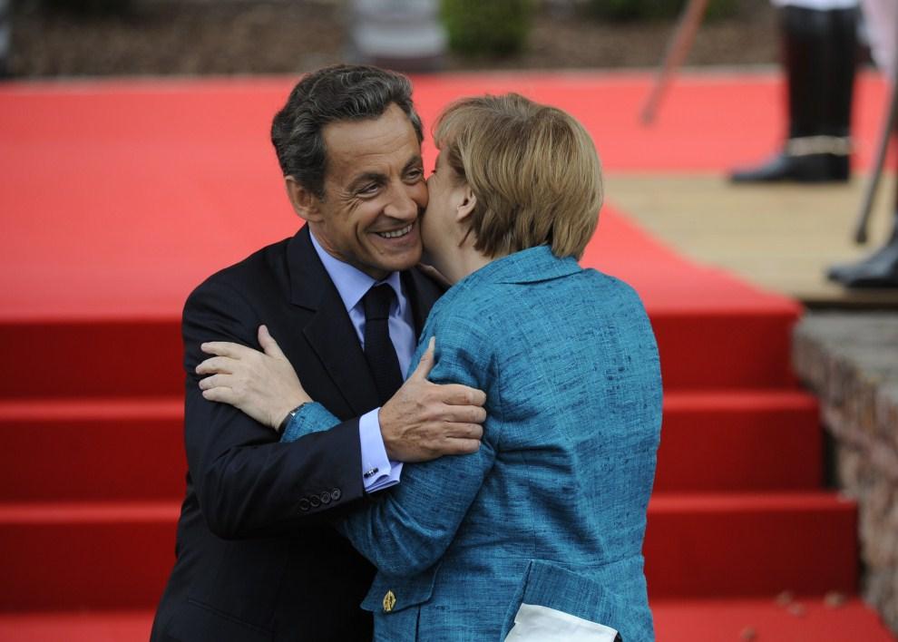 2. FRANCJA, Deauville, 26 maja 2011: Nicolas Sarkozy całuje Angelę Merkel. AFP PHOTO / POOL / ERIC FEFERBERG