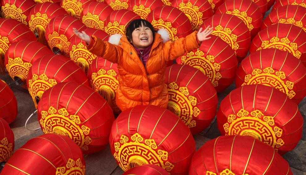 2. CHINY, Pekin, 15 lutego 2011: Dziewczynka bawi się podczas Święta Latarni. AFP PHOTO