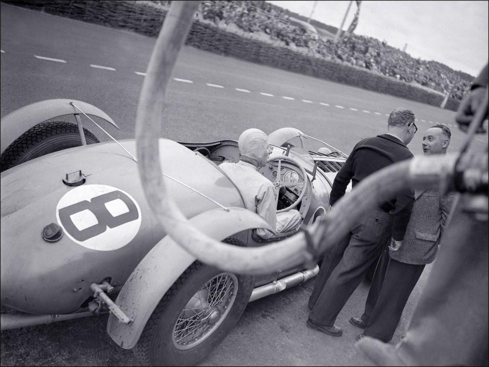 2. FRANCJA, Le Mans, 25 czerwca 1950: Niezidentyfikowany kierowca podczas wyścigu na torze Le Mans. AFP