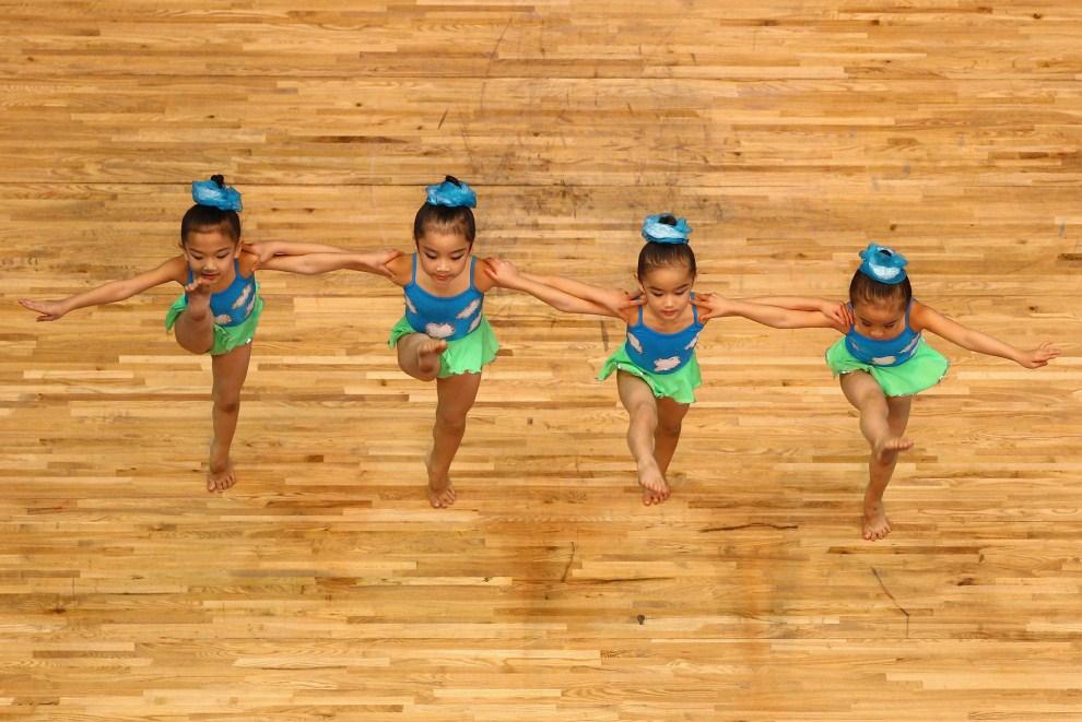 30. CHINY, Kanton, 18 listopada 2010: Występ małych tancerek w przerwie między zawodami podczas igrzysk azjatyckich. (Foto: Feng Li/Getty Images)