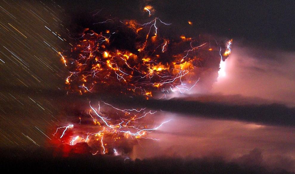 30. CHILE, Puyehue, 5 czerwca 2011: Błyskawice rozświetlające wnętrze chmru pyłu i kamieni wyrzucanych z krateru. EPA/FRANCISCO NEGRONI / AGENCIAUNO / HO