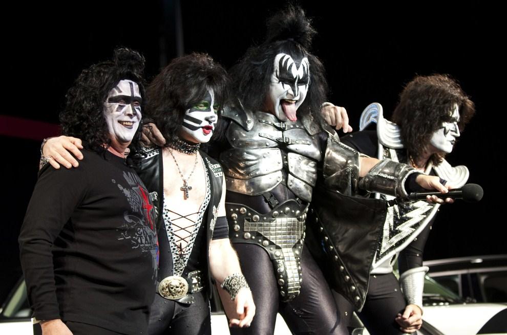 31. USA, Nowy Jork, 21 kwietnia 2011: Dyrektor koncernu Mini, Jim McDowell (po lewej) pozuje z członkami zespołu Kiss. AFP PHOTO/DON EMMERT