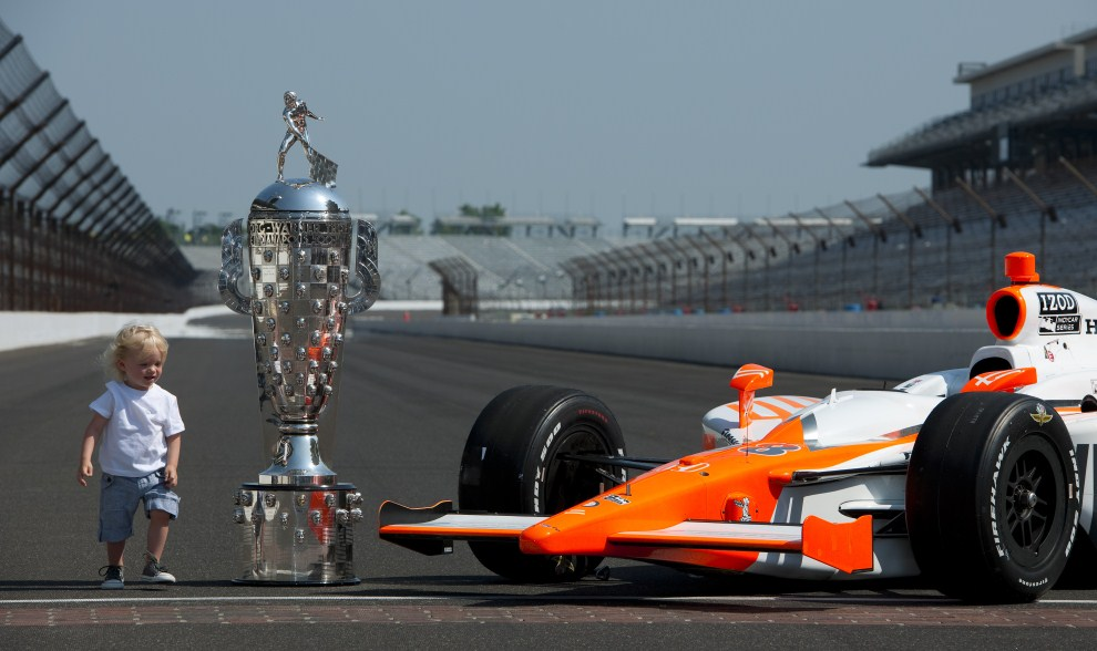 32. USA, Indianapolis, 30 maja 2011Syn Dana Wheldona (William Rast-Curb/Big Machine Dallara Honda) obok bolidu i pucharu swojego taty. (Foto: Robert Laberge/Getty Images)