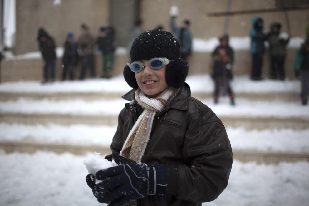 3. IZRAEL, Madżdal Szams, 20 marca 2011: Dzieci bawią się śniegiem, który spadł w okolicach Wzgórz Golan. AFP PHOTO/MENAHEM KAHANA