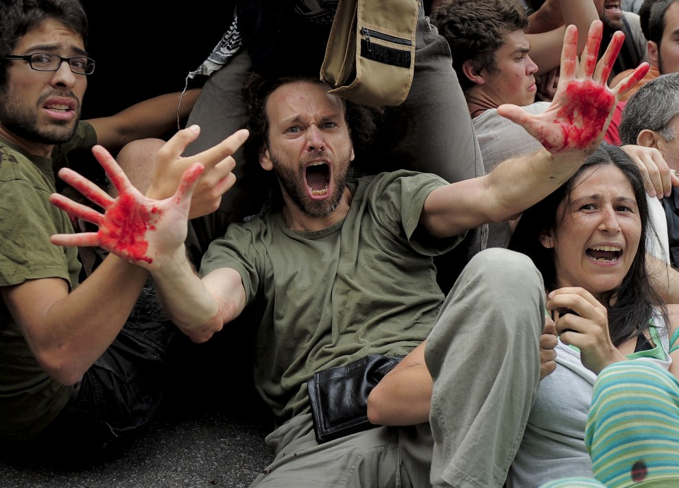 3. HISZPANIA, Barcelona, 27 maja 2011: Protestujący przeciw decyzjom rządu rozpędzani przez policję. AFP PHOTO / JOSEP LAGO
